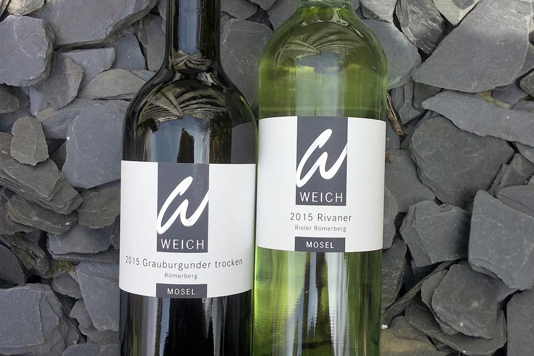 Weinflaschen auf Schiefer